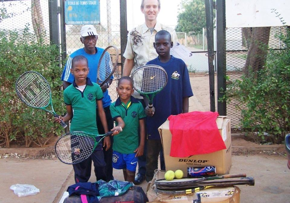 Tennismaterialen voor school in Niamey